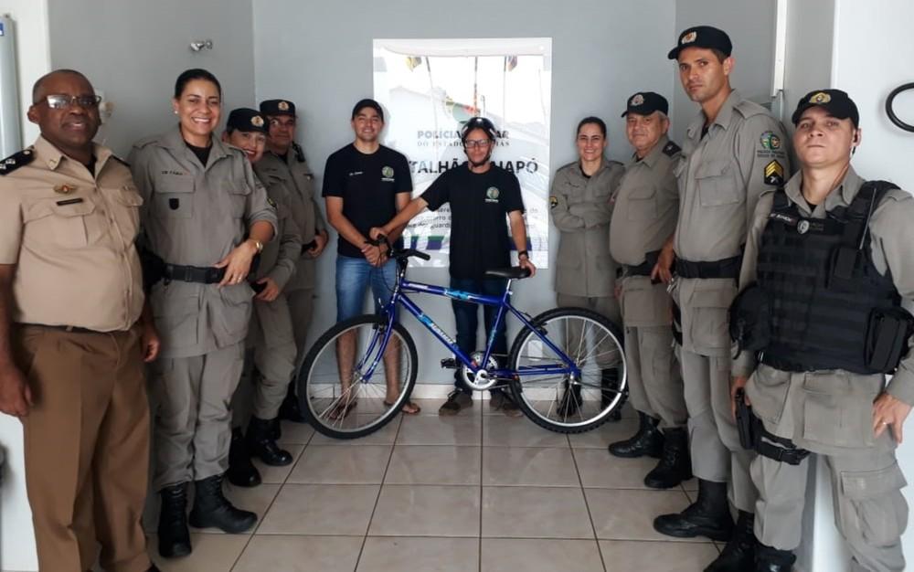 PMs fazem doação de bicicleta para jovem deficiente mental, após a dele ter sido furtada, em Iporá, Goiás — Foto: Arquivo pessoal/Otalício Carvalho Ataides Junior