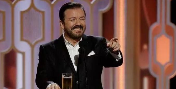 Ricky Gervais apresenta Globo de Ouro pela quinta vez em 2020 (Foto: Reprodução / Facebook / CP)