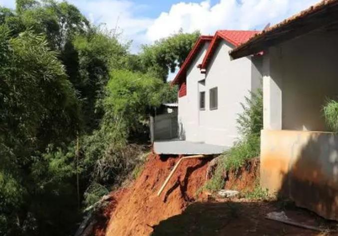 Quatro casas localizadas em Pontalina precisaram ser interditadas na tarde deste domingo (6) sob risco de deslizamento. (Foto: Divulgação/Prefeitura de Pontalina)