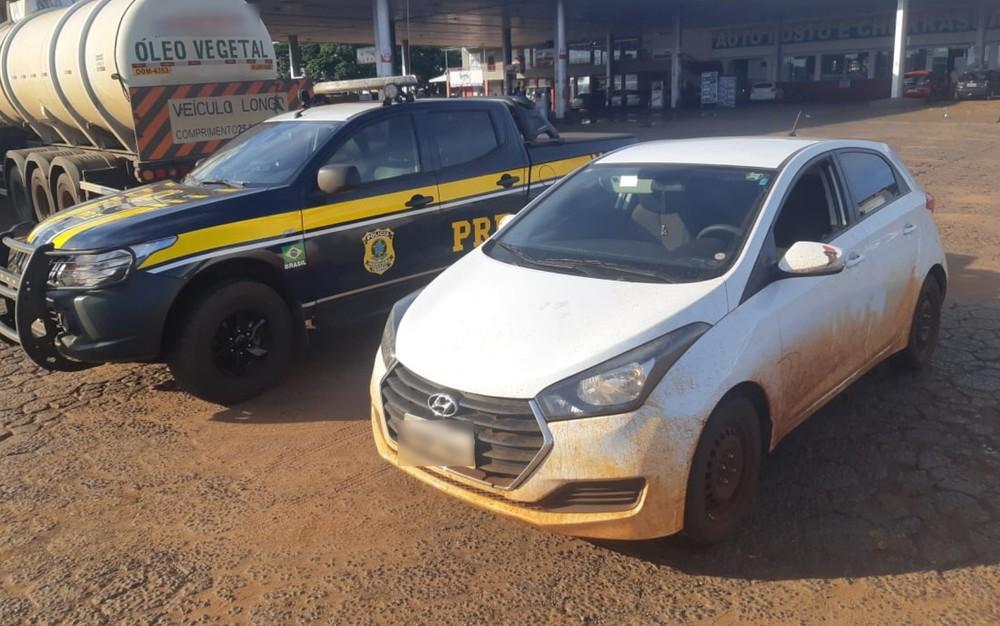 Carro roubado que era dirigido por motorista com uma perna, sem adaptação adequada e sem CNH — Foto: Divulgação/PRF-GO