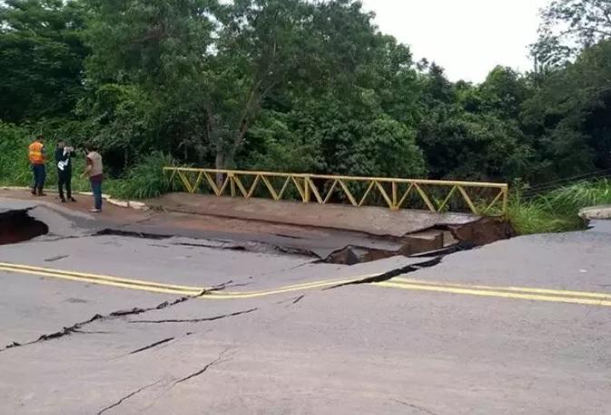 Ponte sobre o Córrego Taquaral teve avarias após transbordamento (Foto: Defesa Civil/ Divulgação)