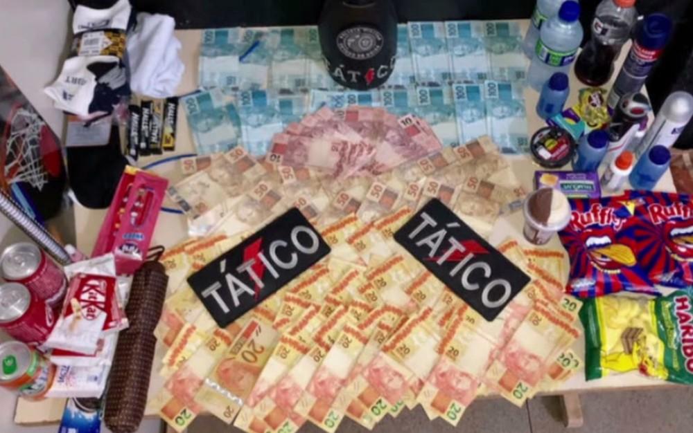 Dinheiro de produtos de baixo valor recuperados em posse dos suspeitos dos golpes, em Goiás — Foto: Reprodução/TV Anhanguera