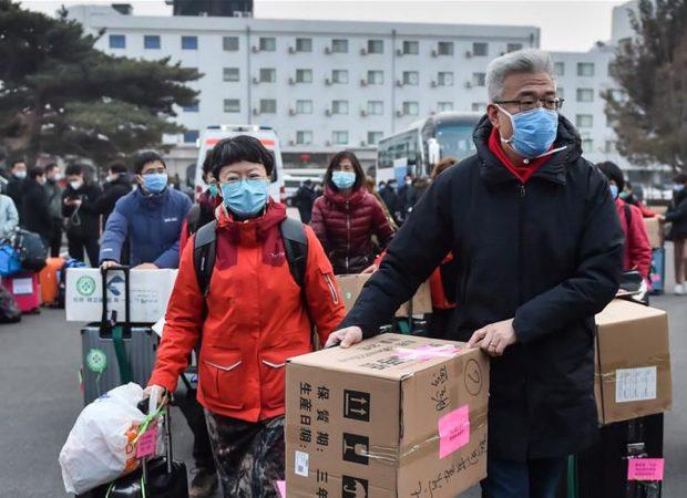 Profissionais de saúde aumentam esforços para controlar o novo coronavírus na China (Foto: Peng Ziyang/Xinhua)