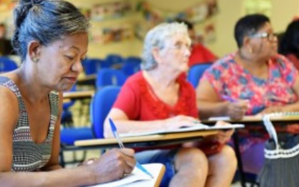 Universidade está com inscrições abertas para curso gratuito de alfabetização para adultos, em Goiânia — Foto: Divulgação/PUC-GO