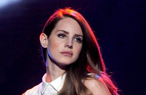 Oito apresentações na Europa foram canceladas. Lana del Rey ainda não se pronunciou sobre o cancelamento em outros locais (Foto: Reprodução)