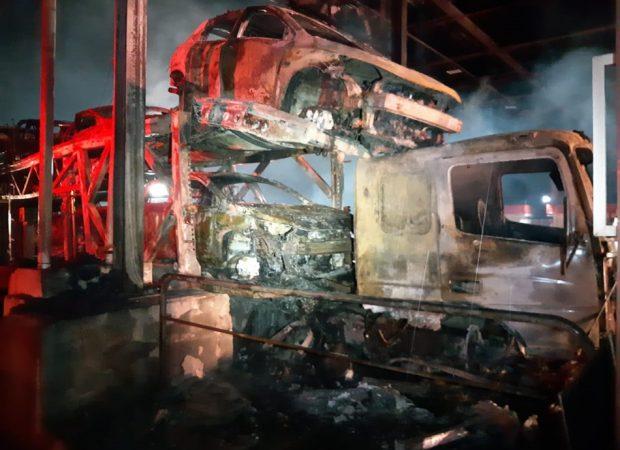 Caminhão-cegonha pega fogo após bater em cabine da praça de pedágio (Foto: PRF/ Divulgação)