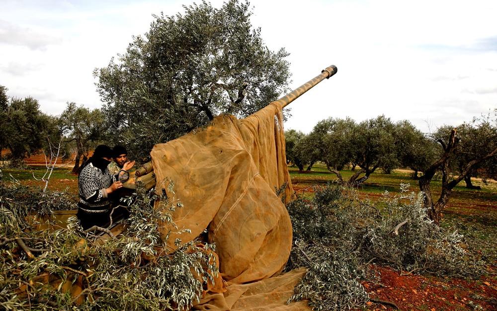 Militar sírio posicionado em Idlib, na Síria, nesta quinta-feira (27) — Foto: Umit Bektas/Reuters