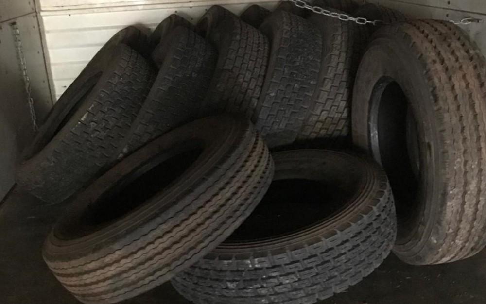 PM desmonta esquema suspeito de trazer 8 mil pneus clandestinos do Paraguai e deixar de pagar R$ 4 milhões em impostos — Foto: PM/Divulgação