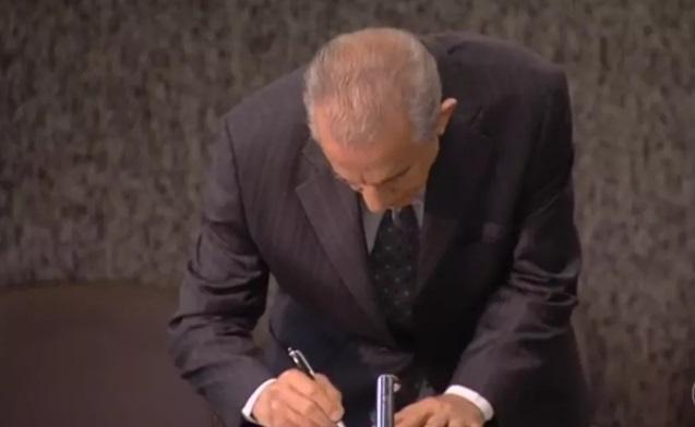 Decreto foi assinado pelo prefeito Iris Rezende em Goiânia — Foto: TV Anhanguera/Reprodução
