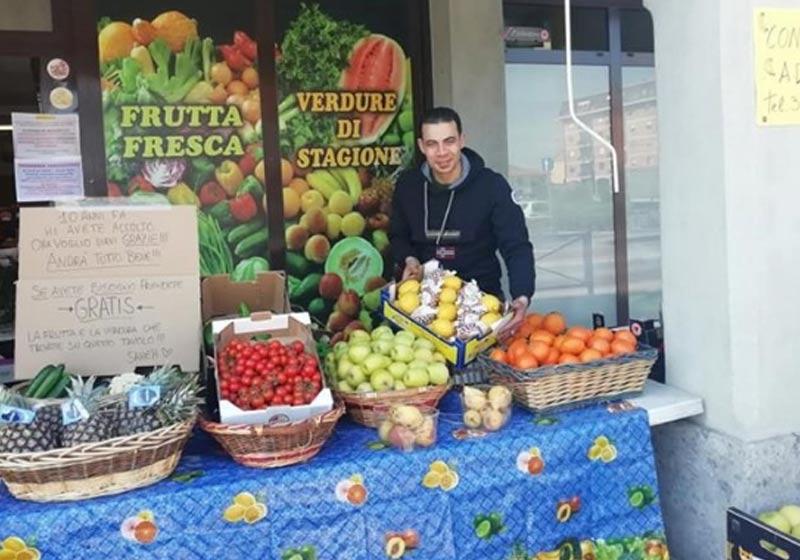 Sameh Ayad e as frutas - Foto: reprodução / Facebook