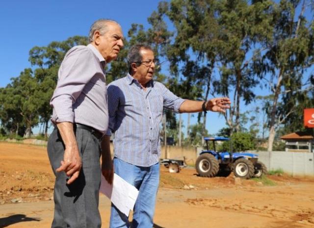 Iris Rezende ao lado do secretário de Infraestrutura Dolzonan Matos. Foto: Prefeitura de Goiânia.
