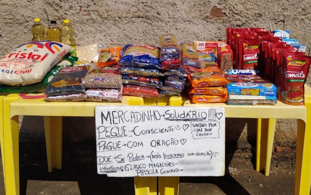 Amigos montam mercado para doar alimentos em troca de oração, em Morrinhos — Foto: Priscila Coscrato/Arquivo Pessoal