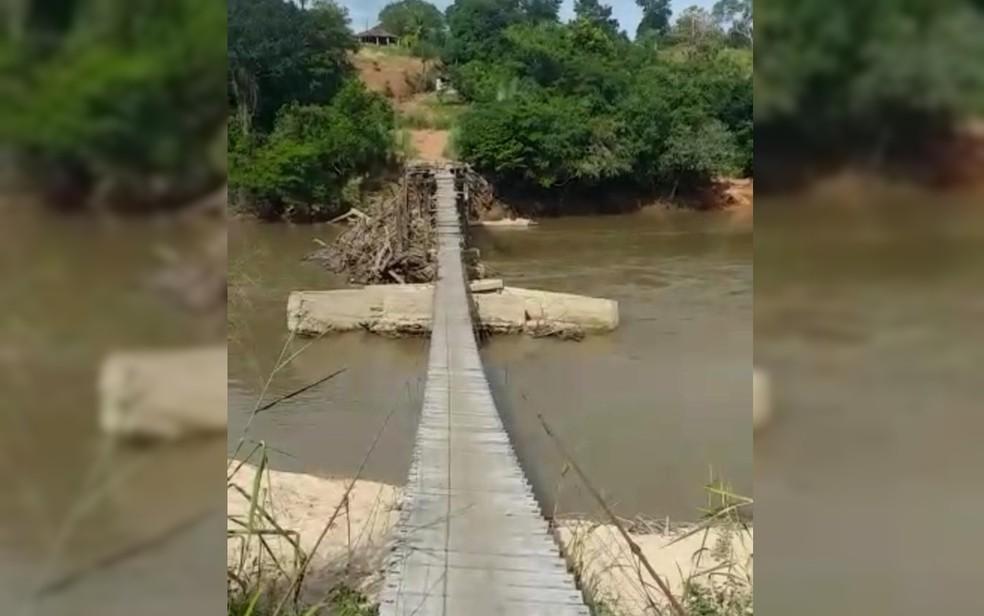 Moradores pedem ajuda para reconstrução de ponte em comunidade, em Araguapaz — Foto: Divulgação/Cleide Dias- moradora