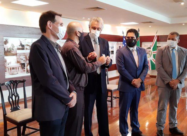 Governador entrega a cidadão Welington Borges, primeira habilitação do CNH Social.