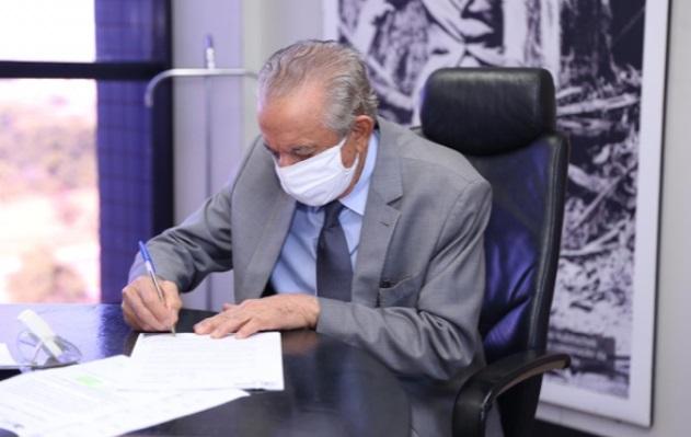 Prefeito Iris Rezende assinando o decreto de adesão de Goiânia ao revezamento 14x14 dias (Foto: Secom)